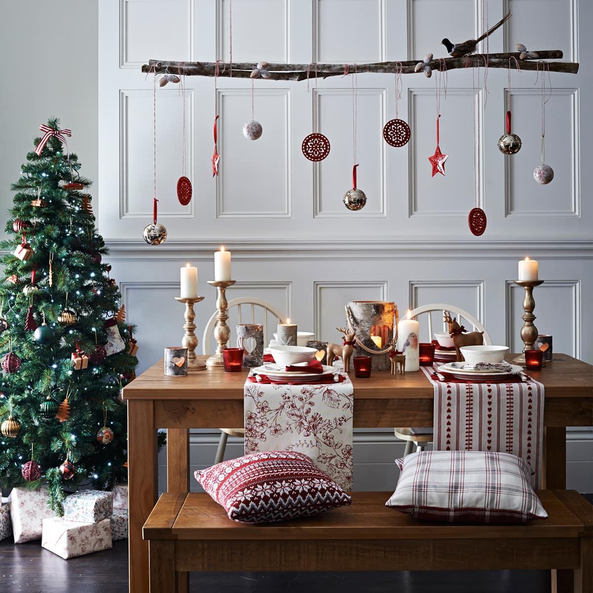 Ёлка, установленная возле обеденного стола - отличный способ провести время с семьей за ужином, в особой праздничной атмосфере