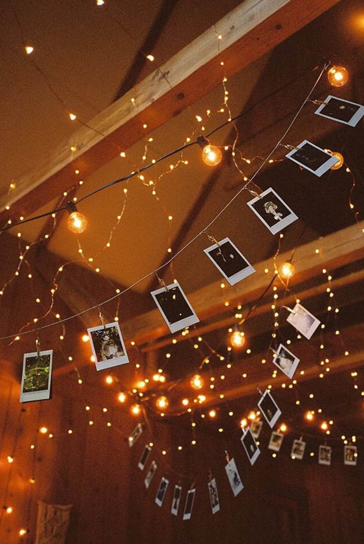 Памятные фотографии в тандеме со светодиодной гирляндой смотрятся очень легко и волшебно