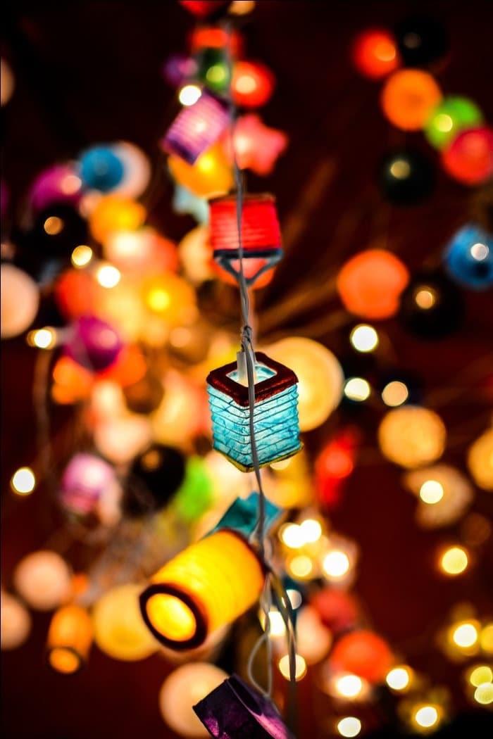 Яркие бумажные фонарики сморятся невероятно красиво, если их дополнительно светодиодной гирляндой