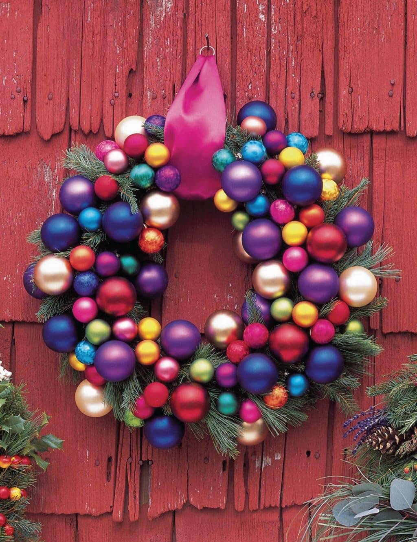 Оригинальный новогодний венок из ёлочных шаров