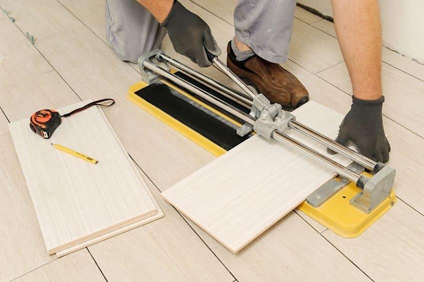 Резка кафельной плитки в домашних условиях с помощью ручного плиткореза