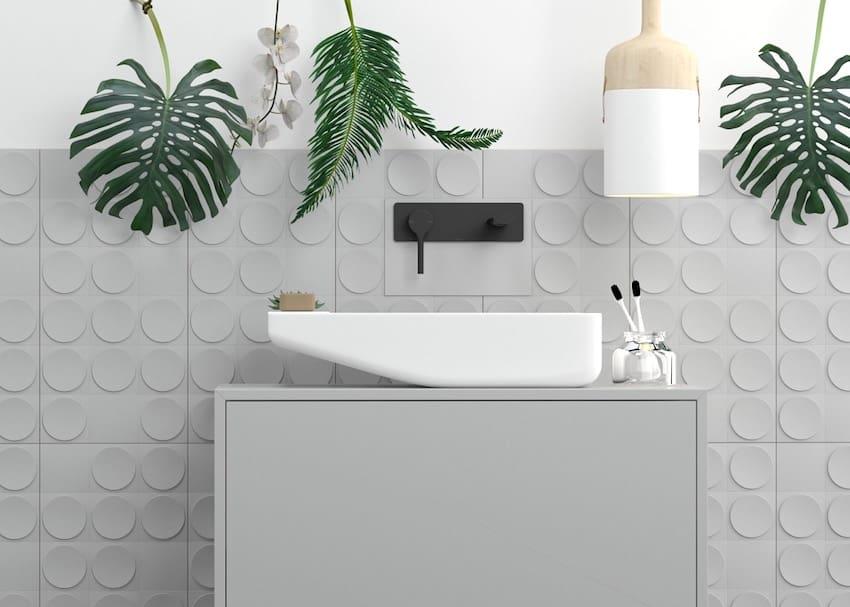 Интересный дизайн плитки для ванной комнаты в серых тонах