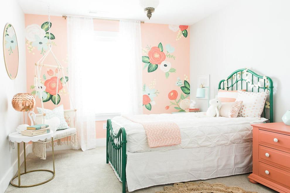Очень уютно смотрится спальня с обоями персикового цвета