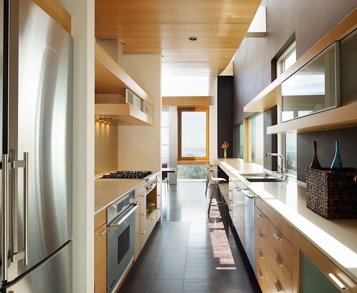 Компактность и функциональность - основные правила, которые следует соблюдать разрабатывая авторский дизайн-проект узкой кухни