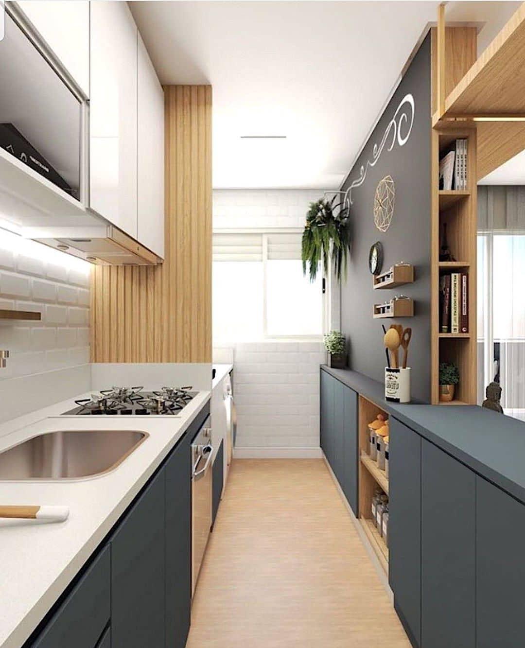 Удачное цветовое решение для узкой кухни с лаконичным и благородным дизайном