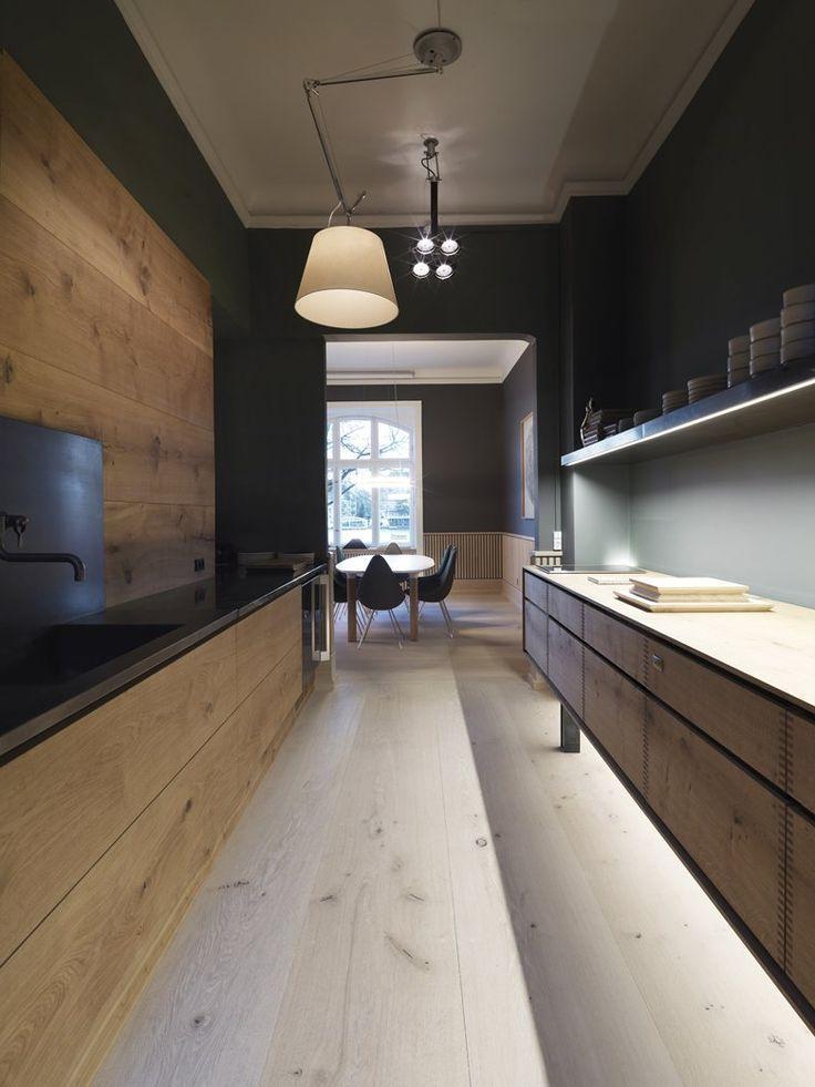 Эффектная узкая кухня, плавно переходящая в столовую комнату