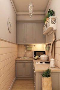 классический интерьер узкой длинной кухни