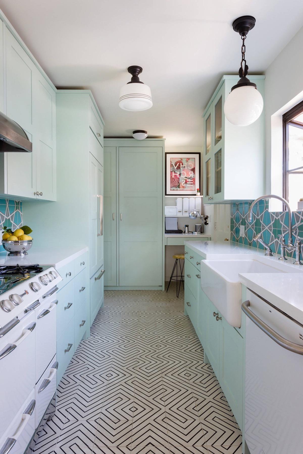 Интересный дизайн кухни с доминирующим охлаждающим нежно-мятным цветом