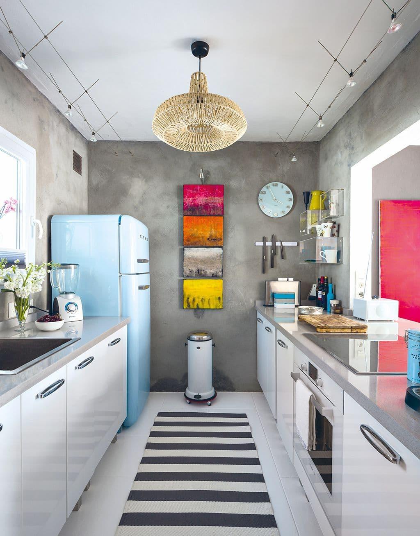 Красивая кухня в стиле ретро с рабочей зоной вдоль окна