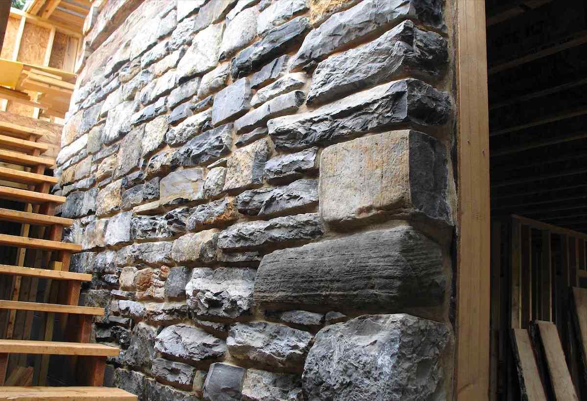 Натуральный фасадный камень - это стильный и эффектный кусочек живой природы в вашем доме