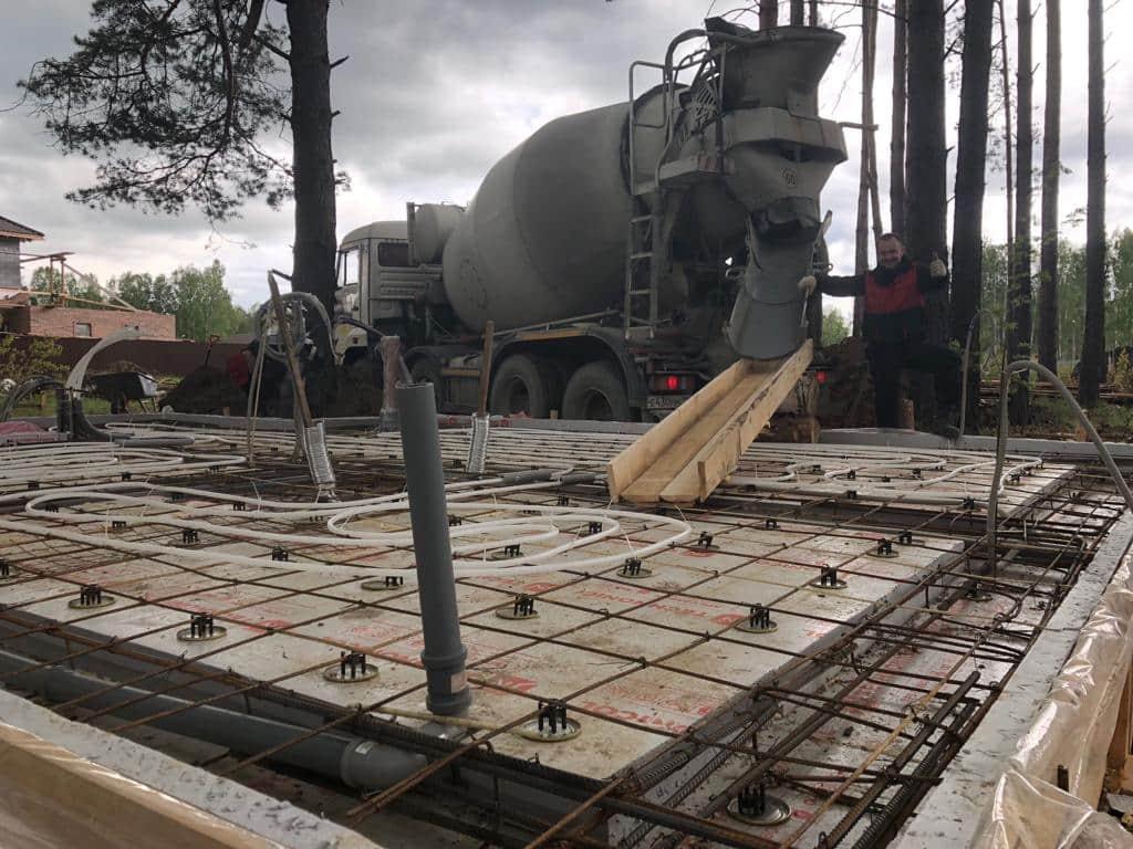Процесс заливки бетона с помощью миксера