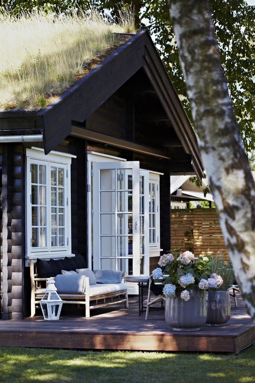 Главной отличительной чертой фасада дома в скандинавском стиле, является его гармоничное сочетание с окружающим ландшафтом