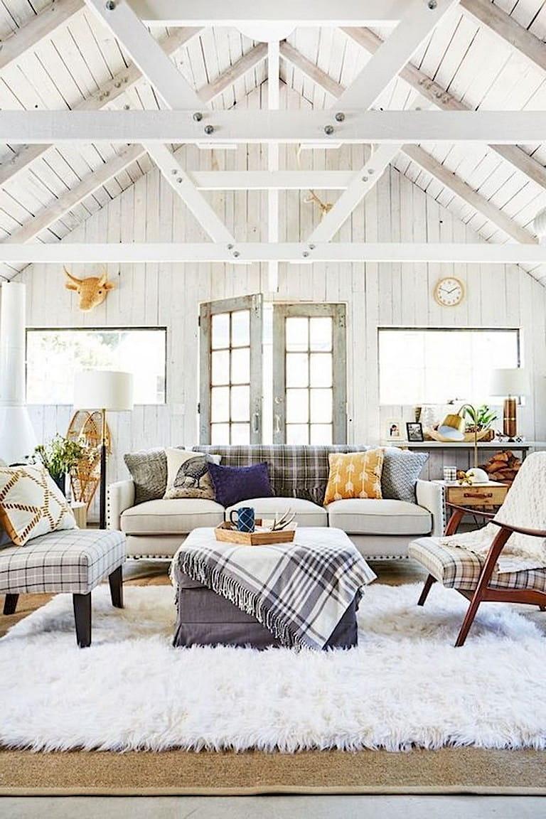 Просторный светлый интерьер с высокими деревянными потолками