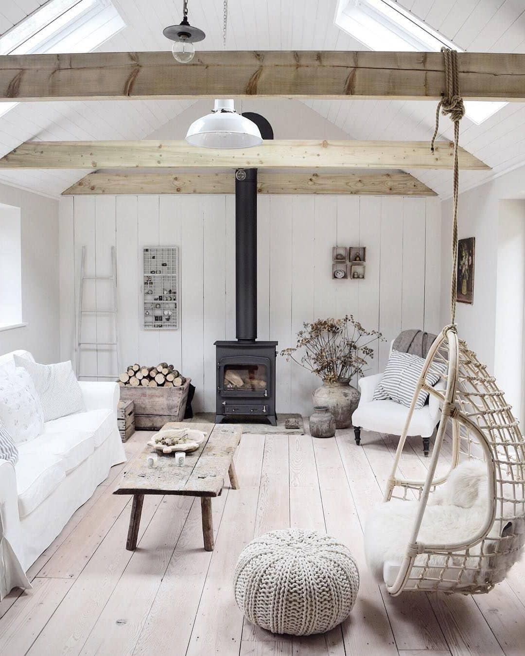 В скандинавском дизайне, мебель из натуральных материалов и элементы декора из древесных пород, должны хорошо сочетаться, взаимно дополняя друг друга