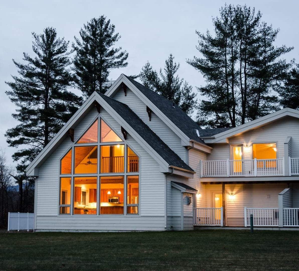 Интересный вариант дома с двухуровневой двухскатной крышей