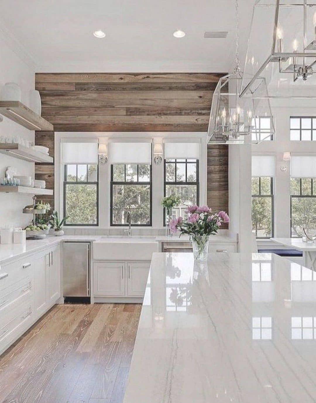 Белые глянцевые фасады в тандеме с деревянной стеной смотрятся просто шикарно