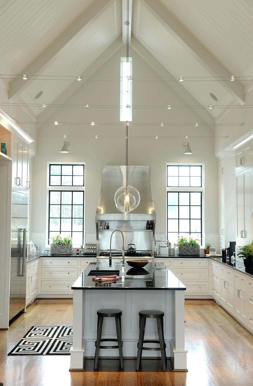 Современная белая кухня с черными столешницами