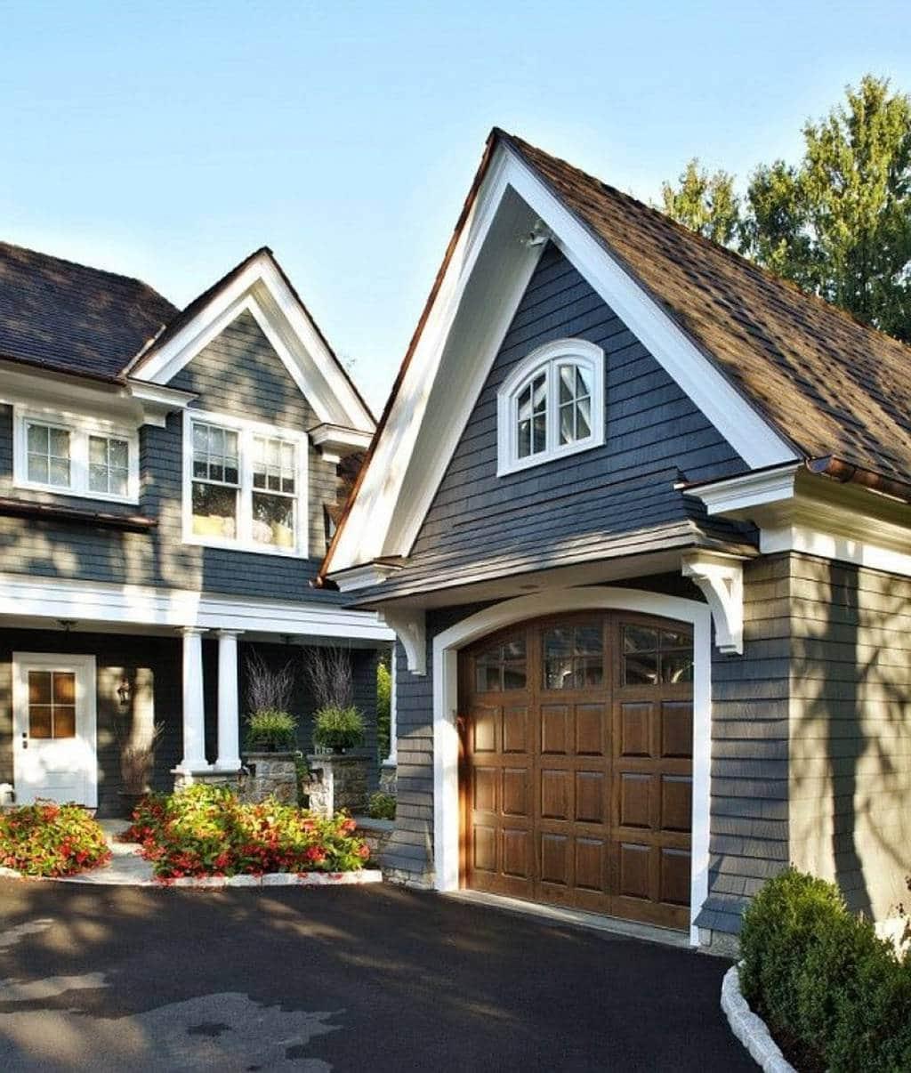Красивый двухэтажный дом и гараж выполненные в едином архитектурном стиле