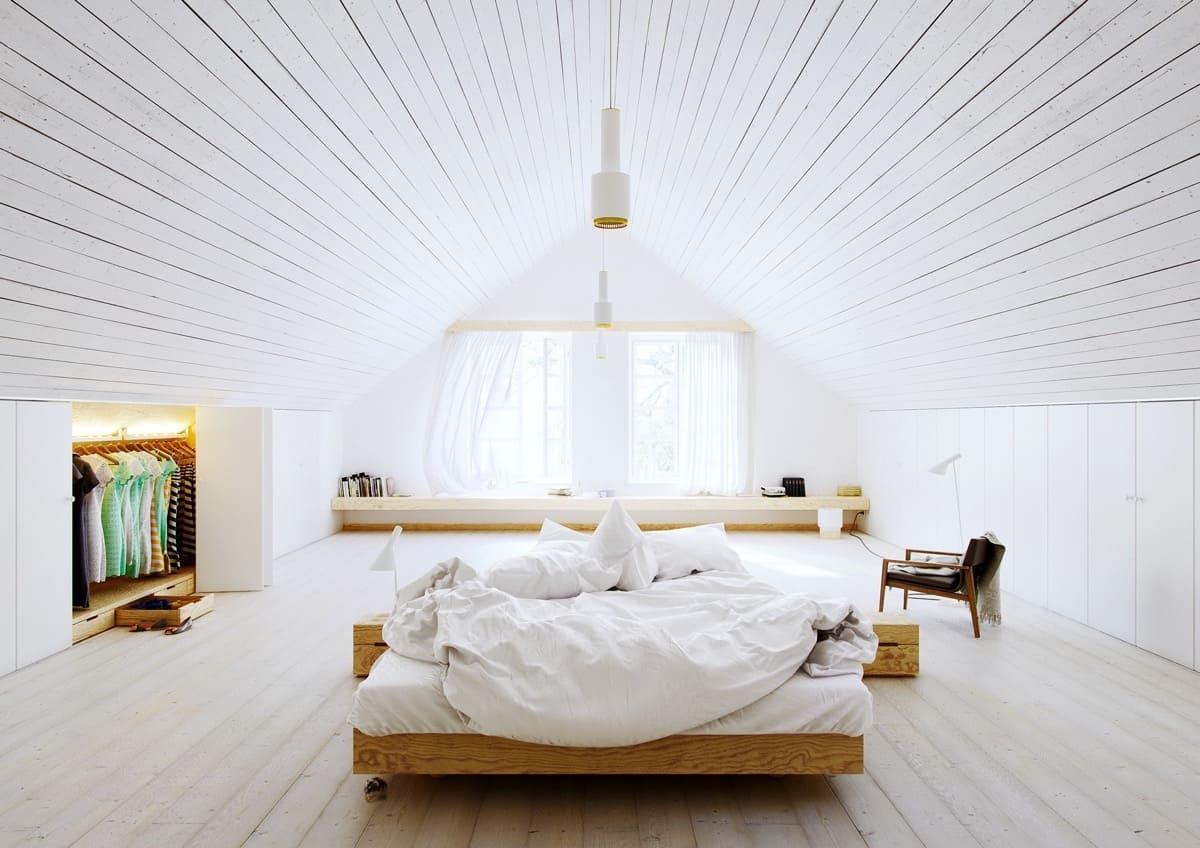 Уютная, светлая и просторная спальня на мансардном этаже частного дома