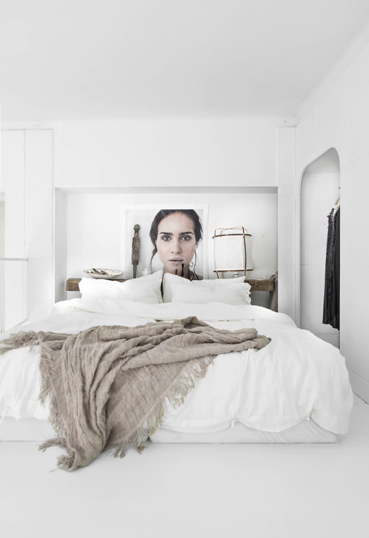 Белоснежная скандинавская спальня с нотками минимализма