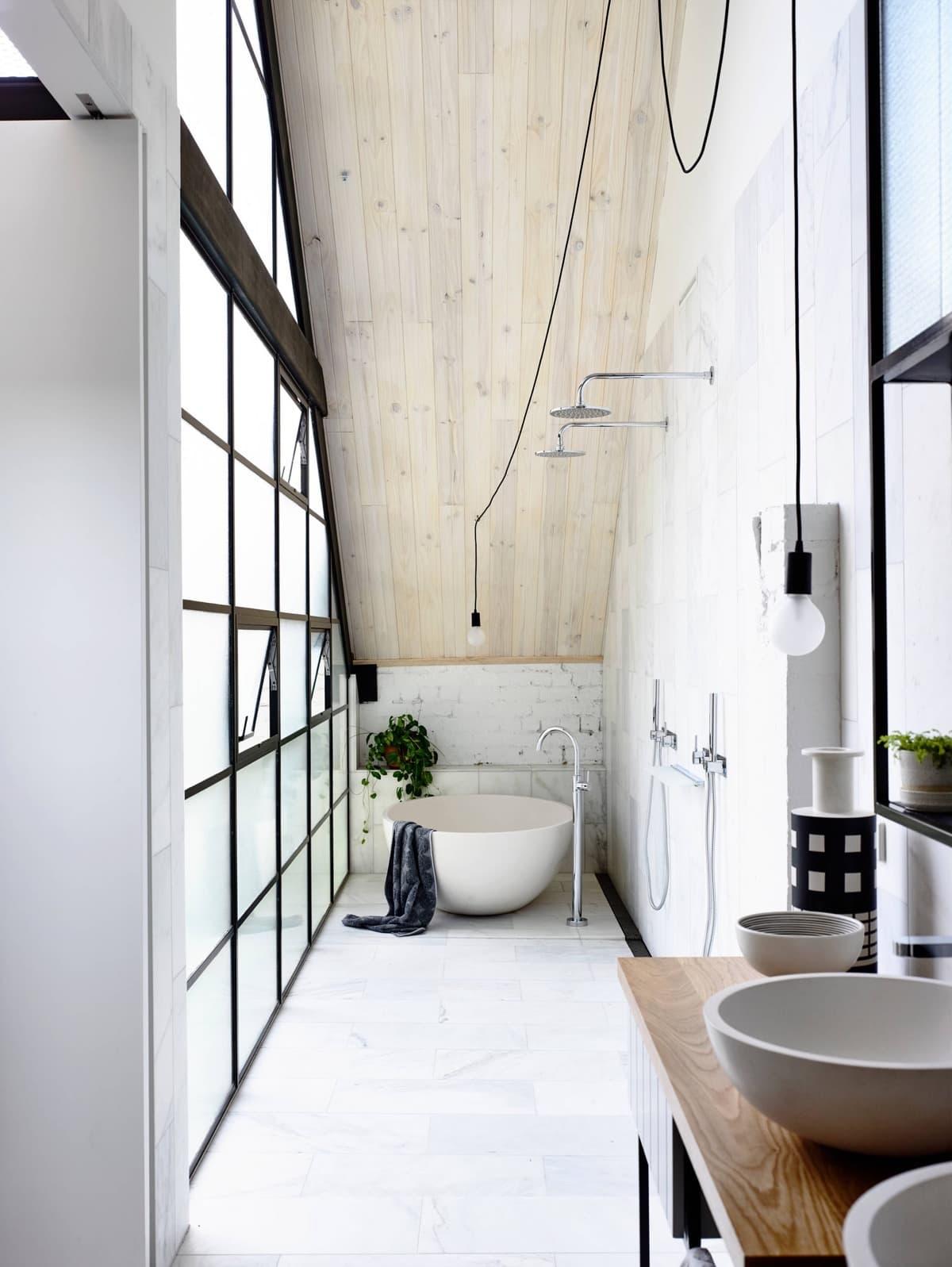 Присутствие дерева добавляет комфорта любому помещению, ванная - не исключение