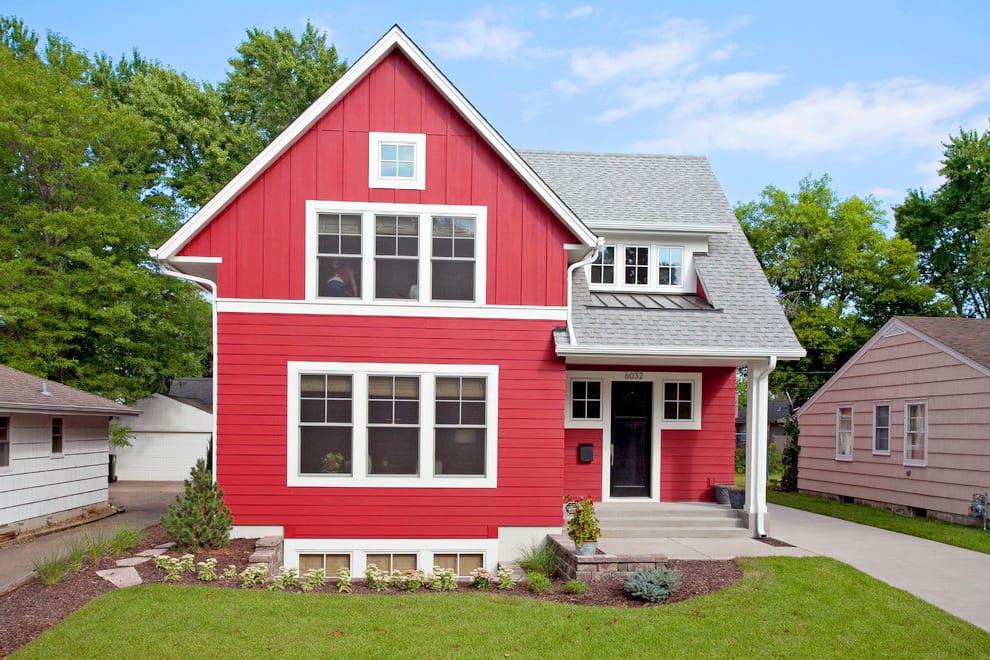 Красный фасад частного загородного дома отлично сочетается с белыми окнами