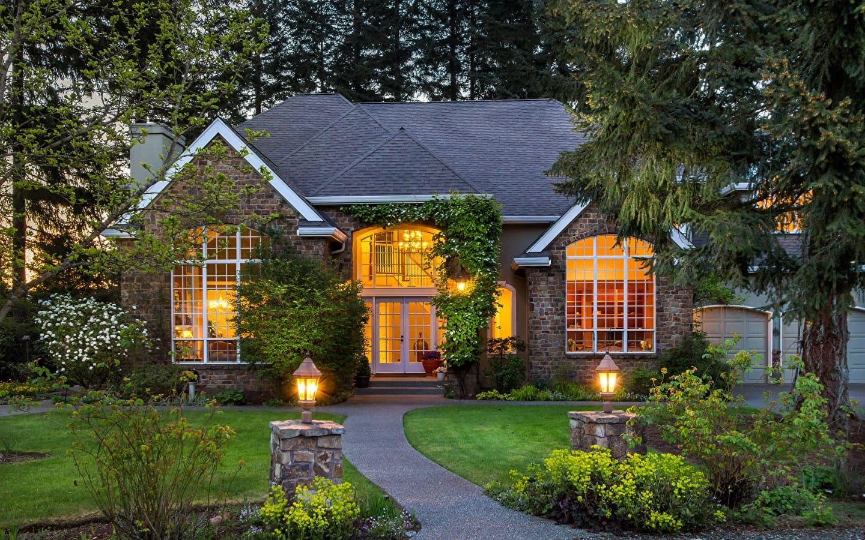 Кирпичный дом с красивым видом на сад