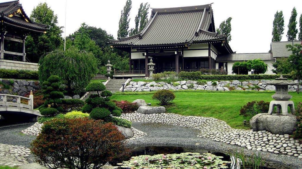 В японском саду кронам придается округлая форма, олицетворяющая небо