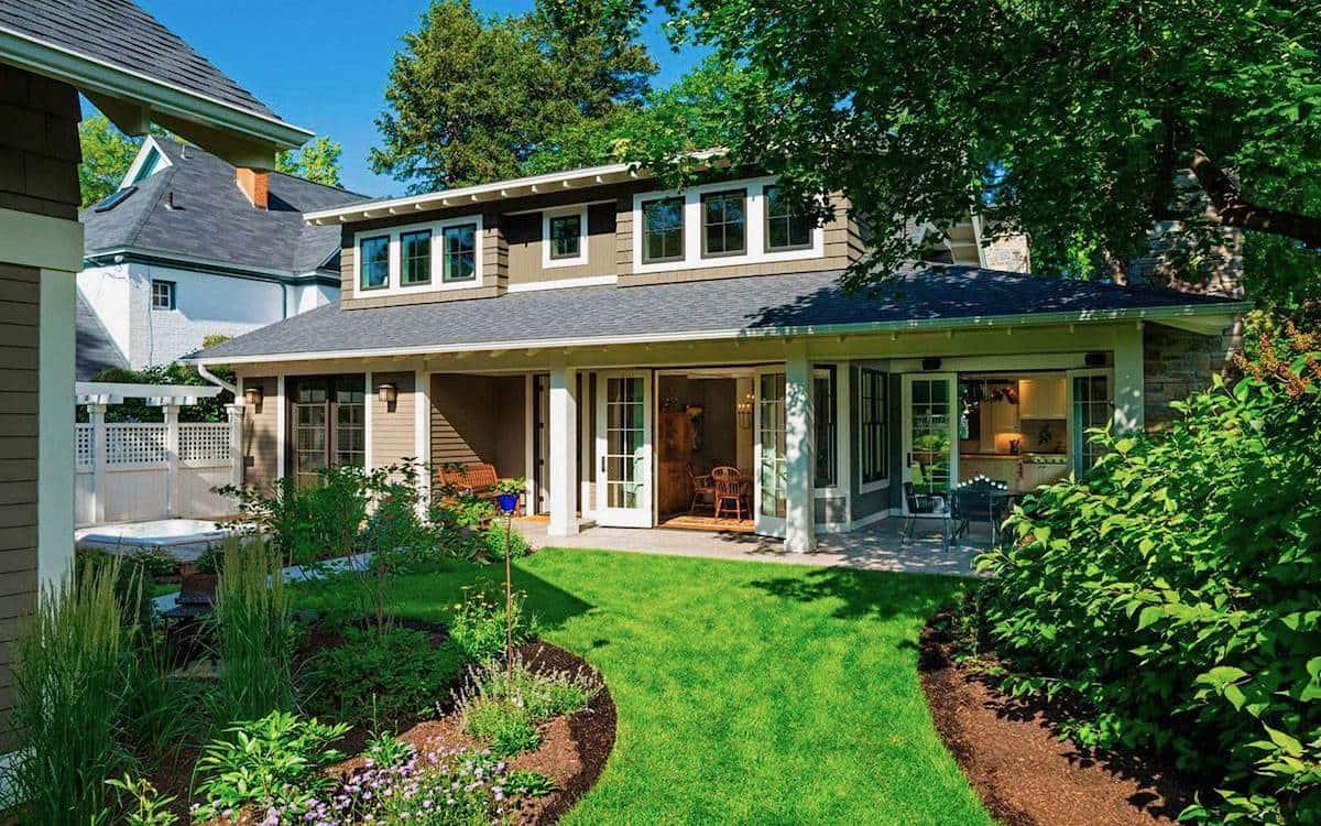 Уютный маленький дворик с красивым газоном