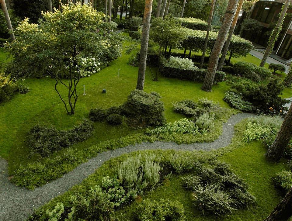 Для создания ландшафтного дизайна в лесном стиле требуется достаточно просторный участок