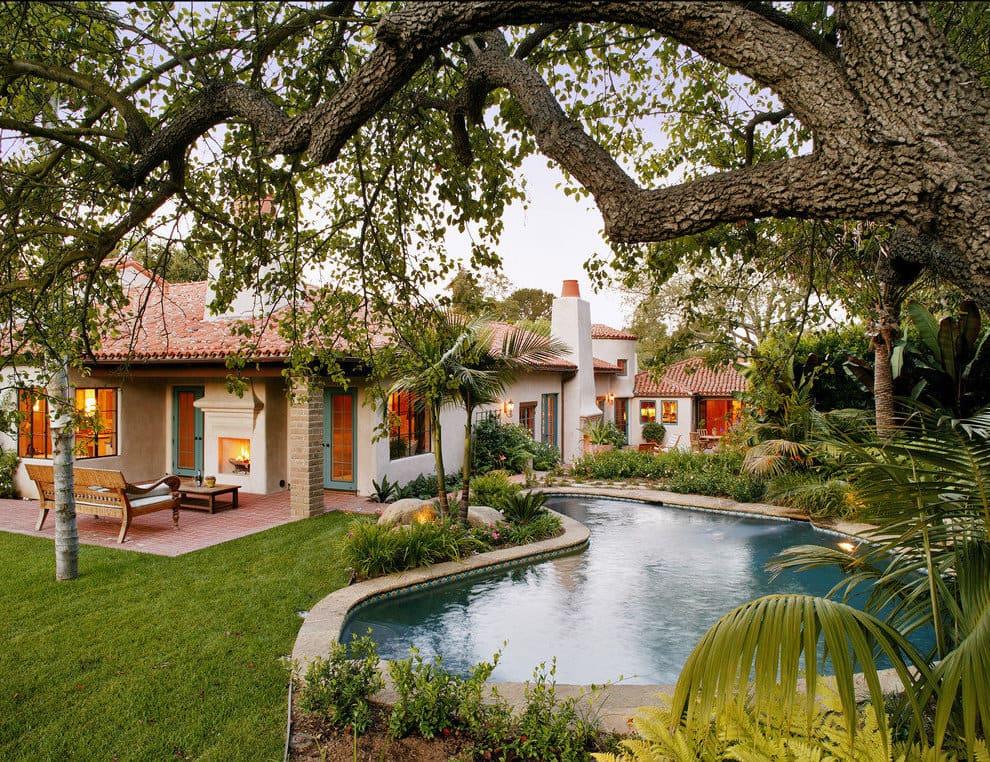Большой искусственный водоем организованный возле дома выгодно дополнит любой сад