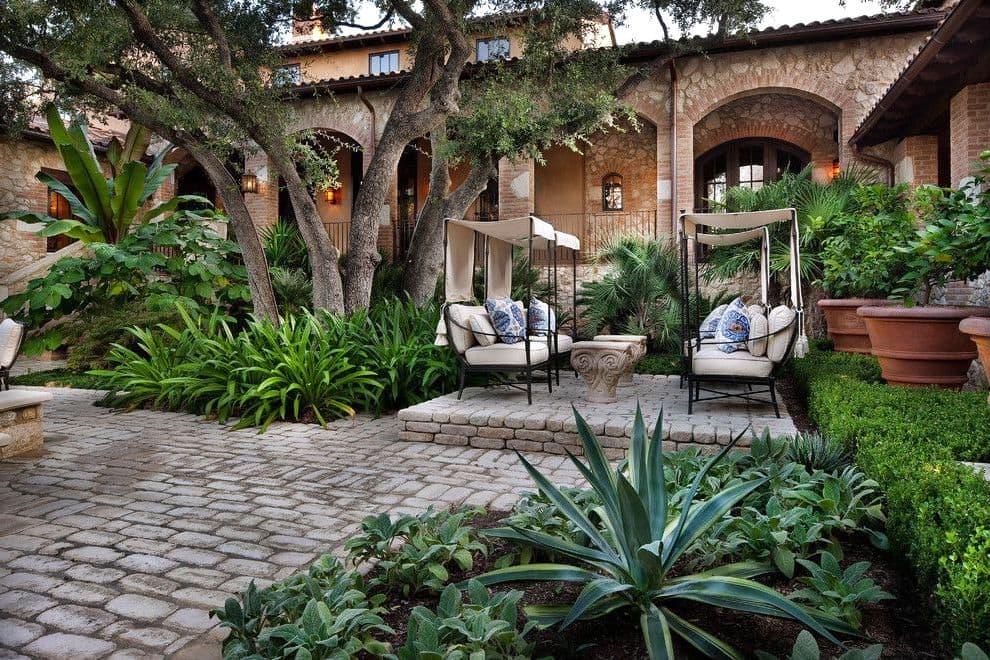 Место для отдыха удачно обустроенное под кроной большого дерева