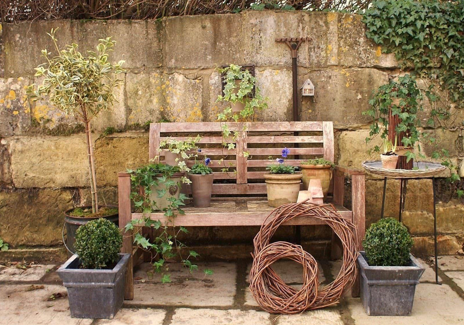 На фото представлены элементы декора, которые могут использоваться при оформлении сада в деревенском стиле