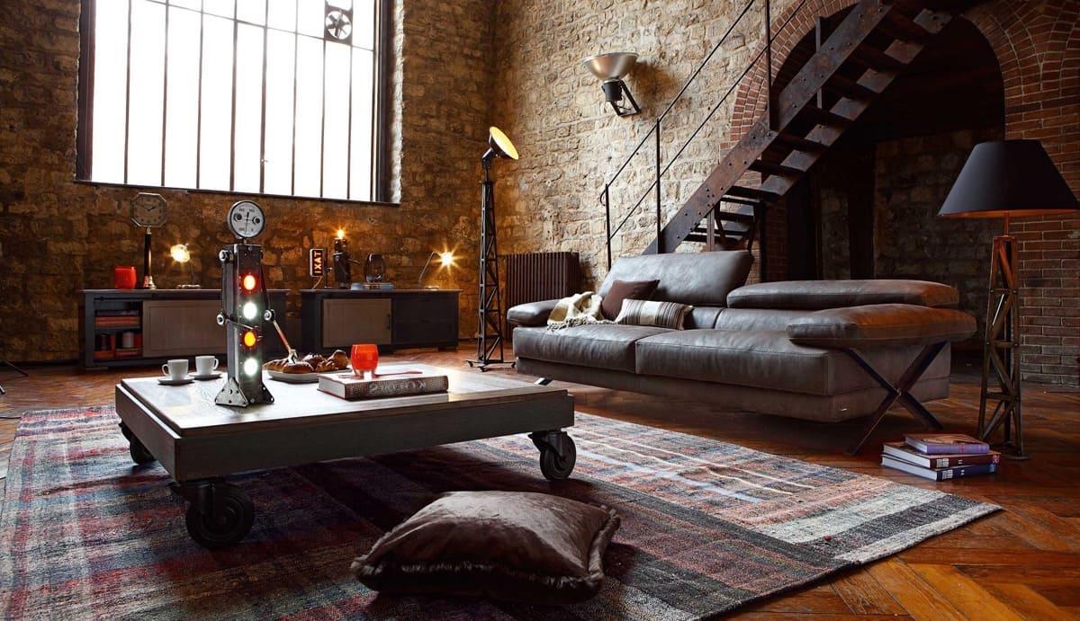Мебель и элементы декора, такие как потертый диван, старинный стол на колесах, робот с интересным дизайном, придают этому помещению особый дух