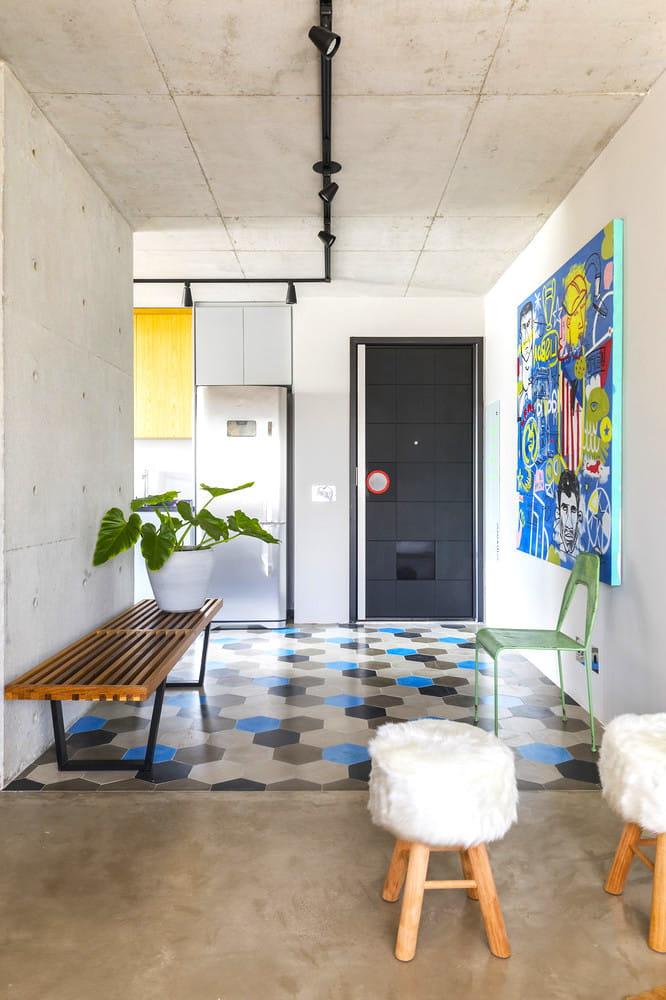 Удачное использование необработанного бетона в оформлении жилых лофт апартаментов