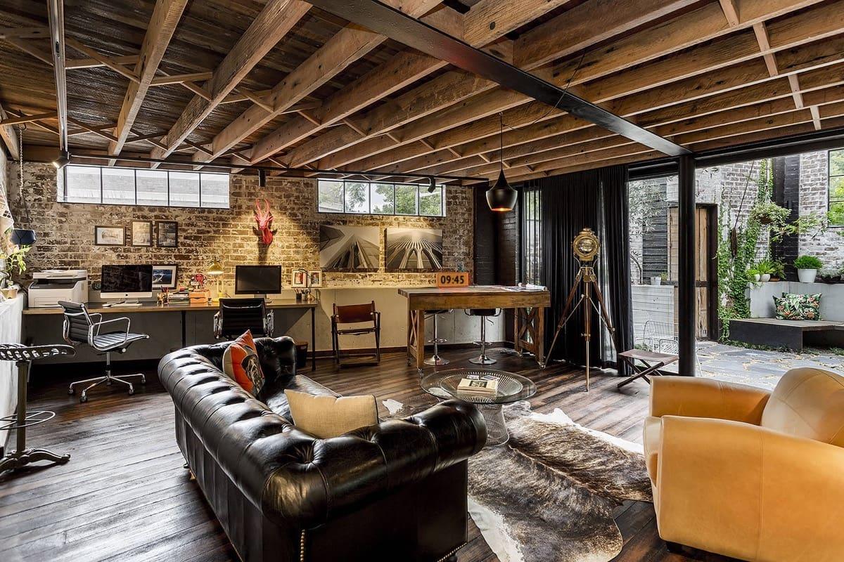 Роскошная мебель на фоне кирпичных стен и деревянных балок