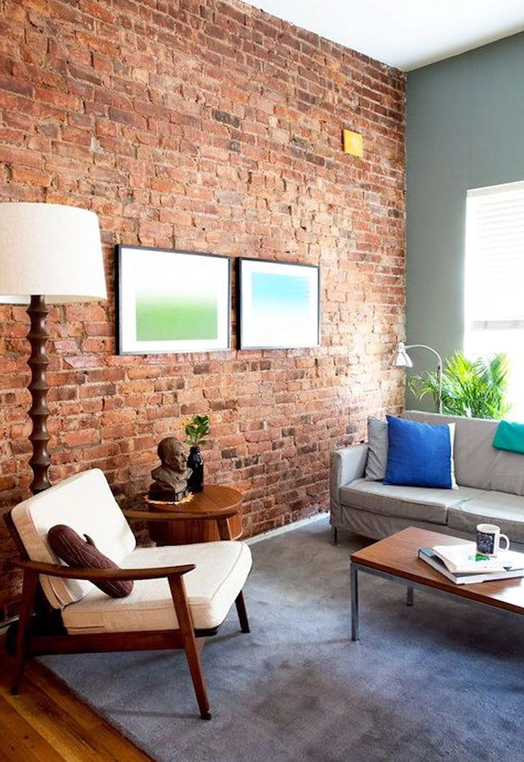 Стена из состаренного кирпича придаст помещению обжитую и более уютную атмосферу