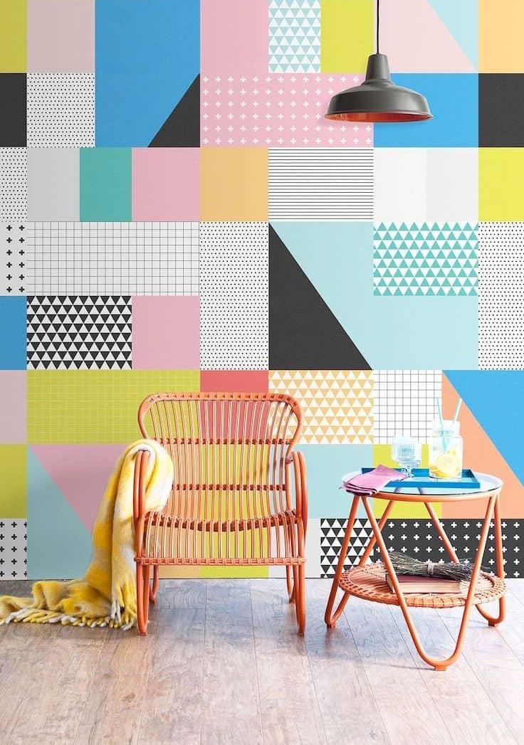Интересный и необычный вариант использования разноцветных обоев для отделки стены