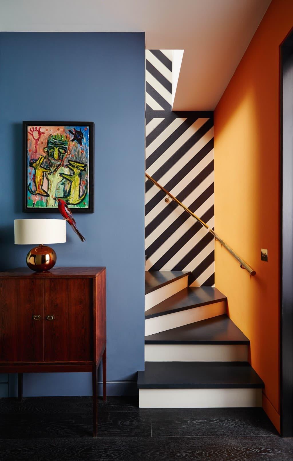 Синий цвет идеально сочетается с оранжевым, особенно если между ними присутствует темно-белый контраст