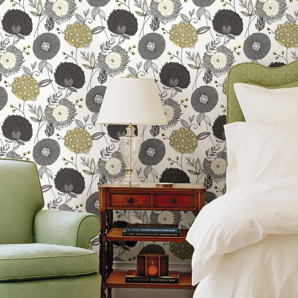 Обои с цветами очен популярны при оформлении стен в спальне