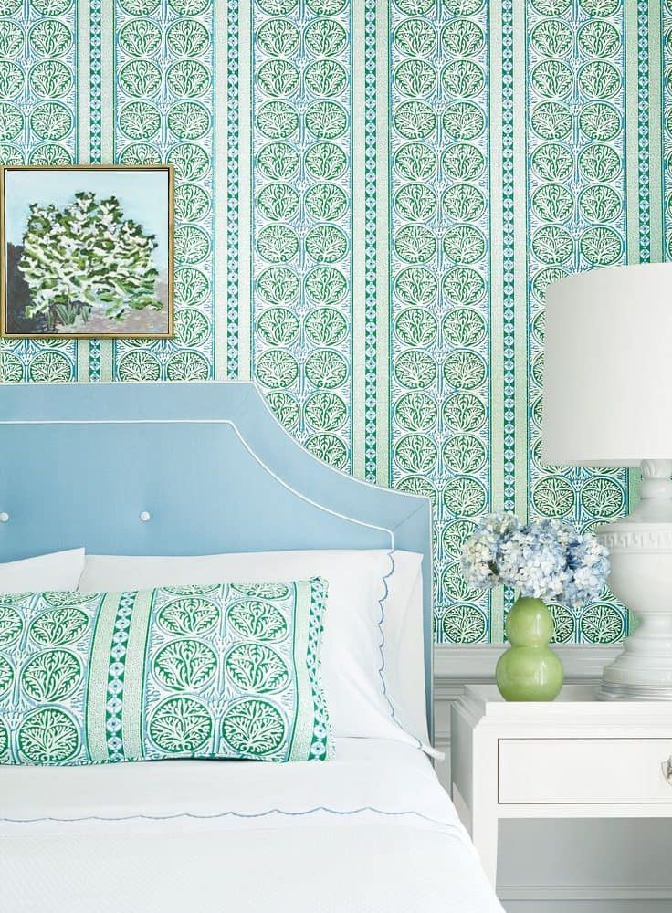 Удачное сочетание мятного цвета с нежно-голубым изголовьем кровати