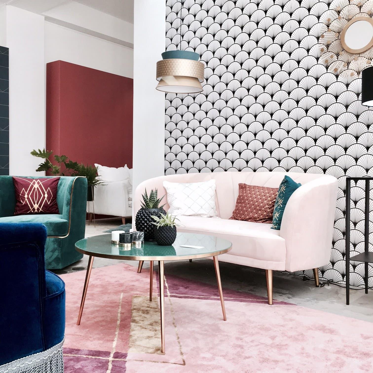 Стильный современный дизайн гостиной с красивыми обоями