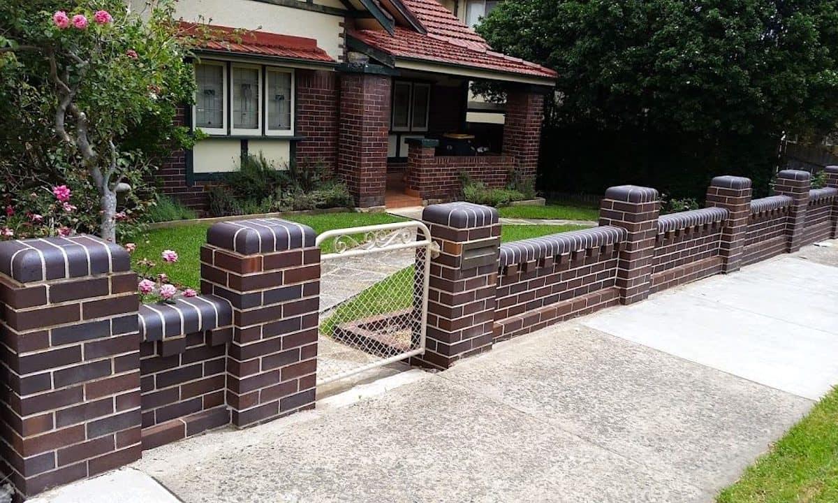 Декоративный невысокий забор из темного кирпича