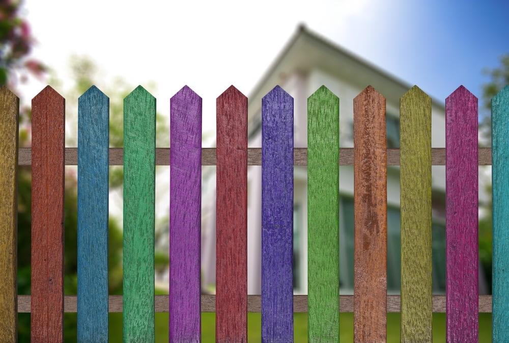 Яркий забор выкрашенные всеми цветами радуги