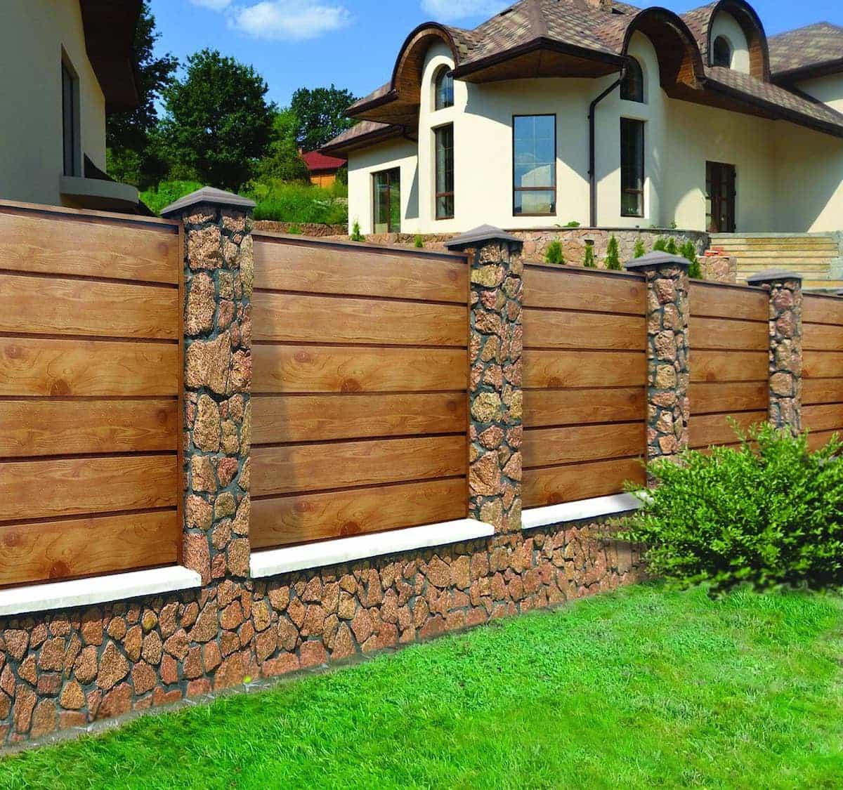 Сплошной деревянный забор в коричневом цвете