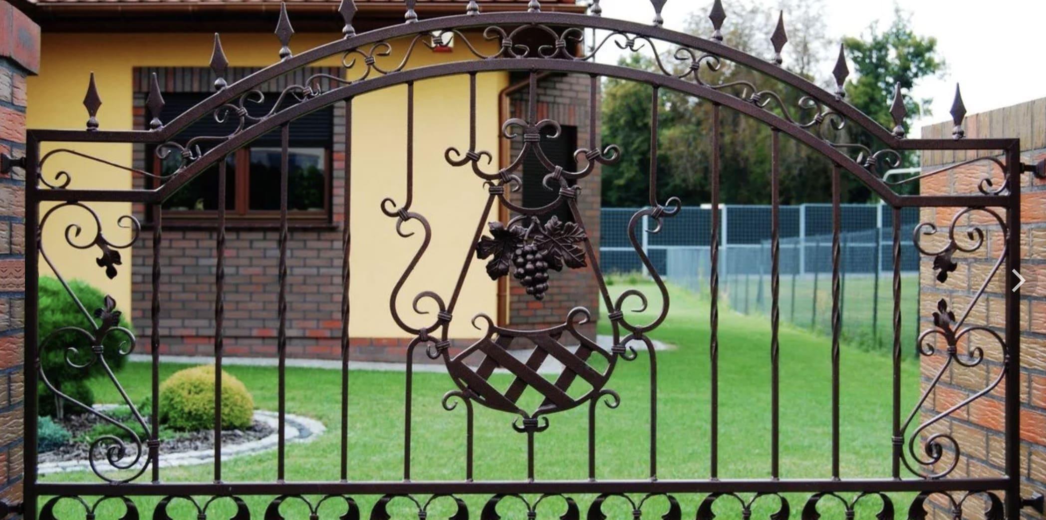 Кованый забор несет декоративную функцию, а также создает эффект легкости и прозрачности