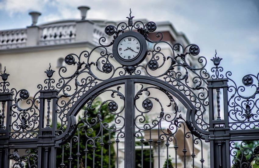 Кованный забор с часами - интересная задумка