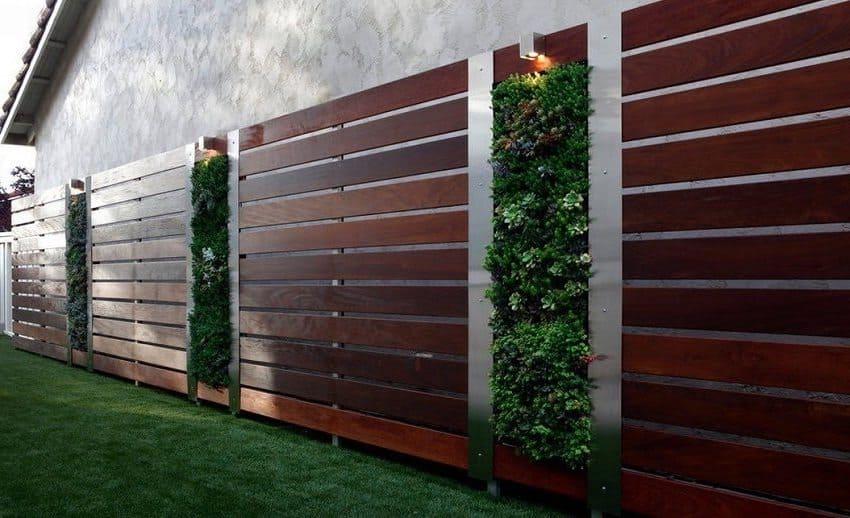 Роскошный дизайн деревянного ограждения с вертикальной клумбой