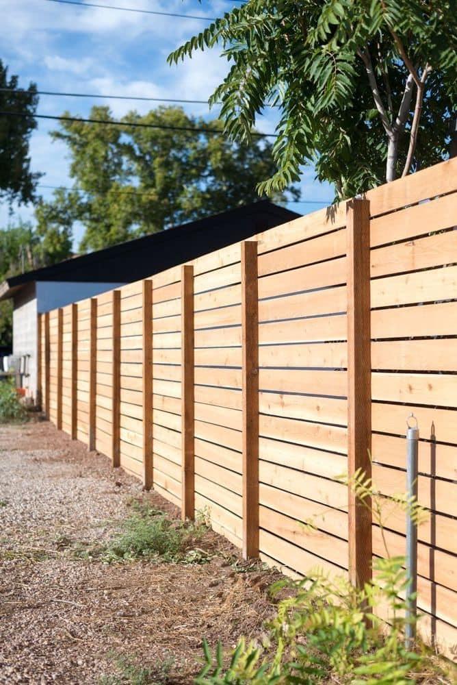 Практичный забор из деревянных реек