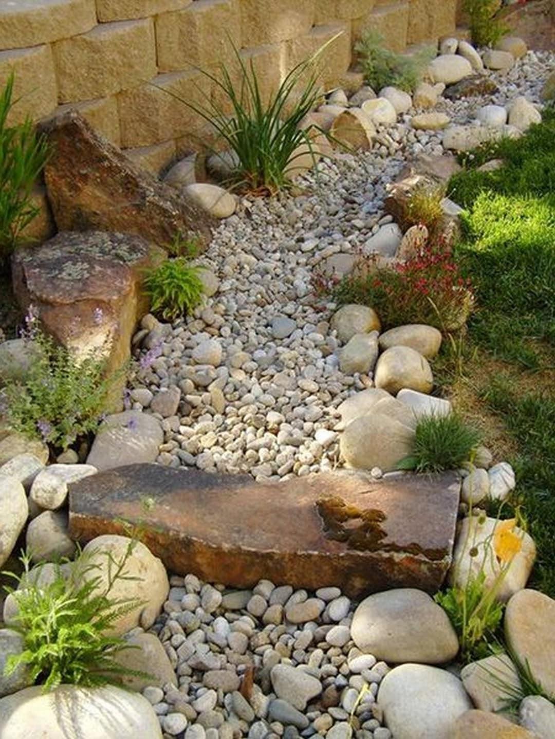 Классический вариант сухого ручья из камней большого и маленького размера